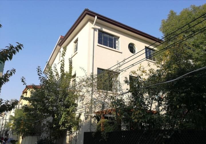 01淮海路法.租界老洋房 三楼整层80平方5米尖顶 美国领事馆隔壁 1.8米大床乳胶床垫+双人沙发床