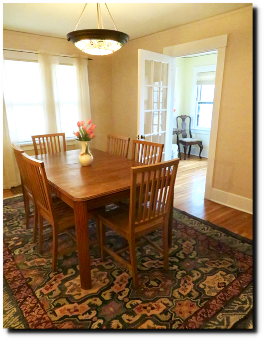 Large dining room, good workspace