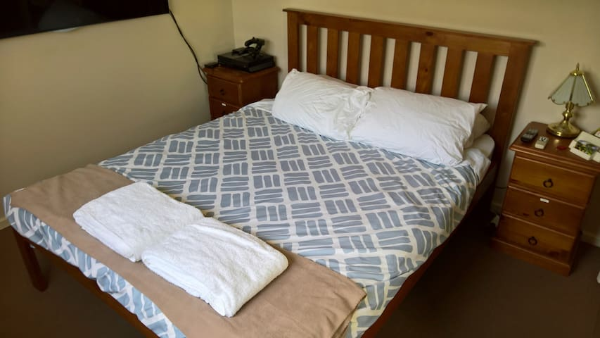 Bright, Queen bedroom and close to shops