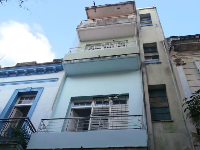 Balcón con vistas desde la calle.
