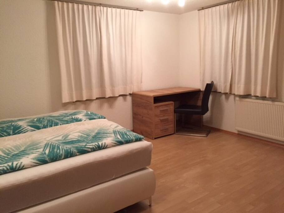 Bockspringbett mit Schreibtisch und TV