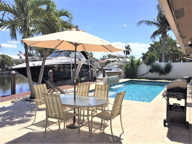 PERFECT WATERFRONT POOL HOME- 5 min Drive to Beach