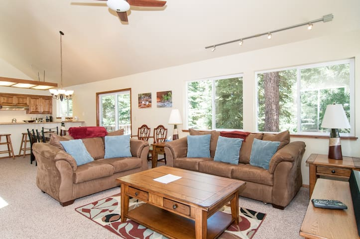 Cozy Tahoe Donner Cabin - Sleeps 8