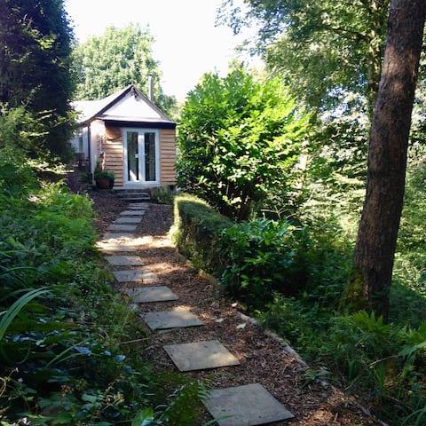 Gemütliches, privates 1-Schlafzimmer-Cottage im Wald.