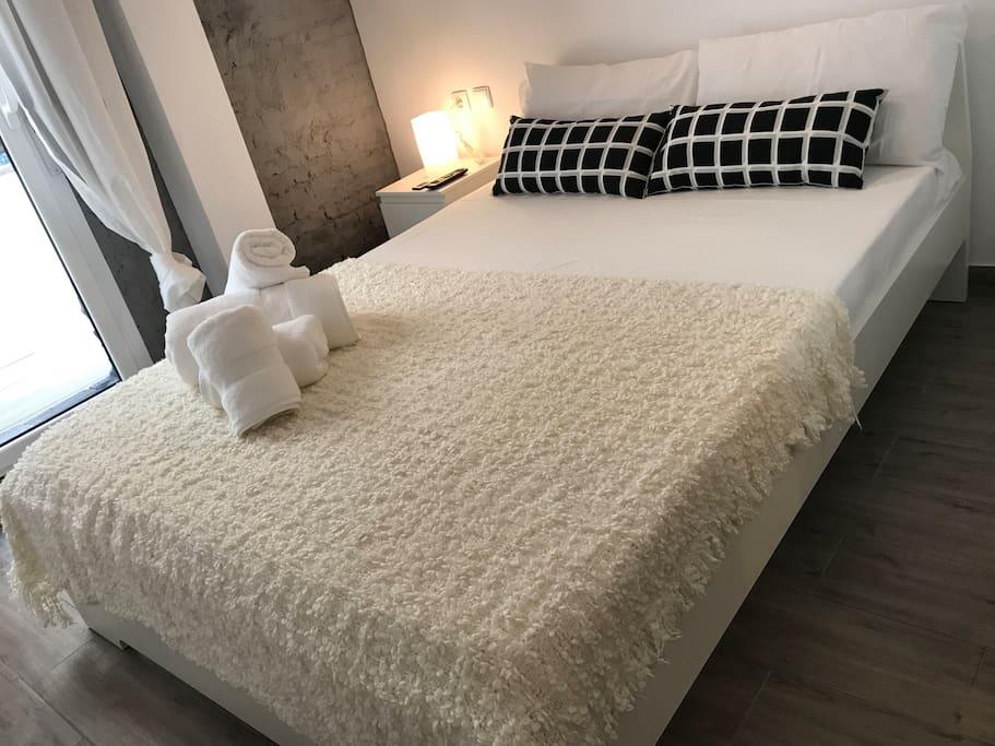 Cama de matrimonio de 140 x 200 con colchón visco extrem para que el descanso esté garantizado.