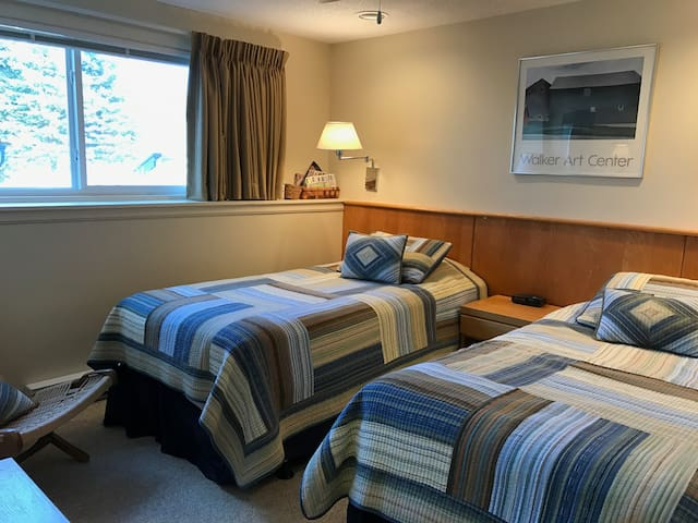 Twin Beds, Private Bath in Resort Condo - Cambridge - Apartament
