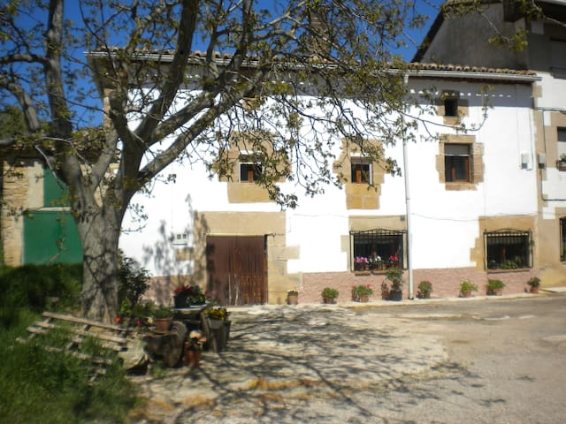 Casa con chimeneas y terraza cubierta