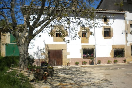 Casa con chimeneas y terraza cubierta - Legaria