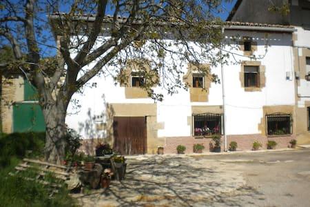 Casa con chimeneas y terraza cubierta - Legaria - House