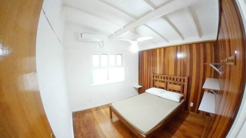 Quarto Casal com ar condicionado e ventilador de teto