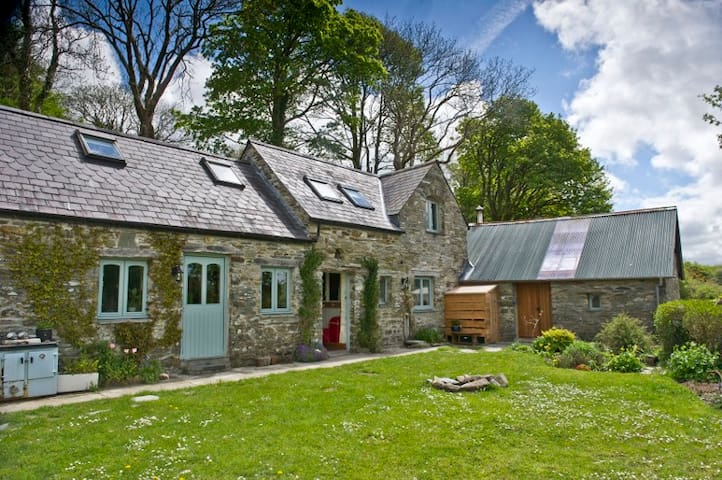 Tranquil stone country cottage with stunning views - Mynachlogddu - House