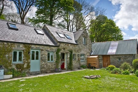 Tranquil stone country cottage with stunning views - Mynachlogddu