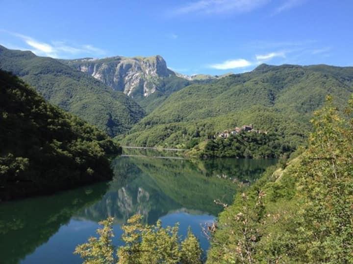 A Tuscan Lakeside Mountain Retreat