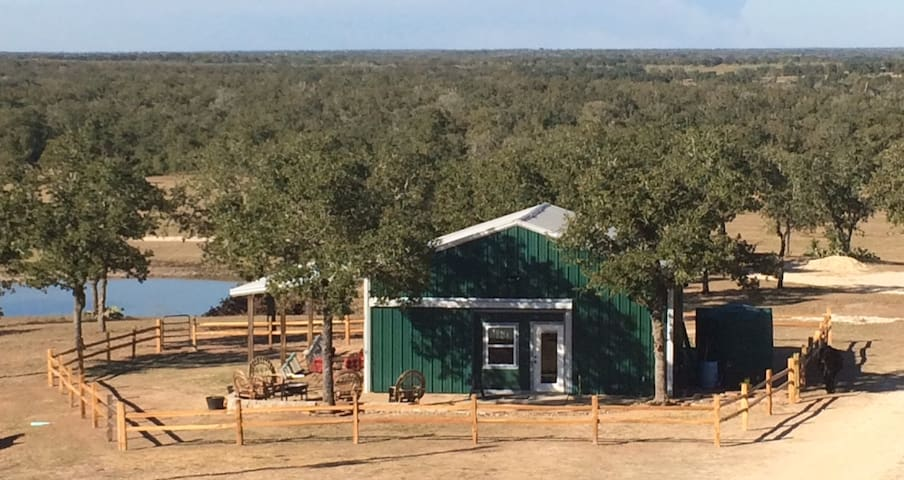 Big D Ranch Bunkhouse - Gonzales - Bed & Breakfast