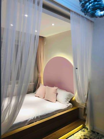 小卧室,1.5×2m的地台,纯白纯棉床品,浪漫的灯光,精致的小妆台,让您出行的每一天都美美哒~