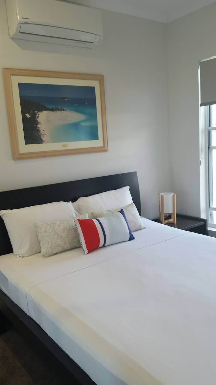 Airlie Retreat air conditioned queen bed free wifi