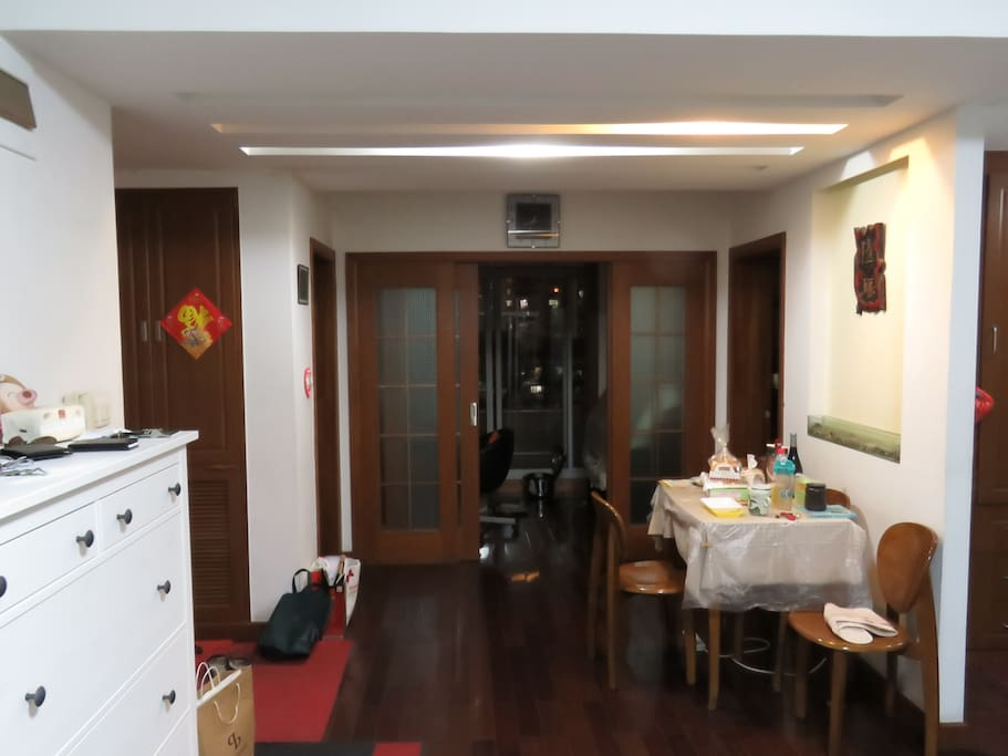 餐桌和书房之间是你即将入住的房间有锁的门
