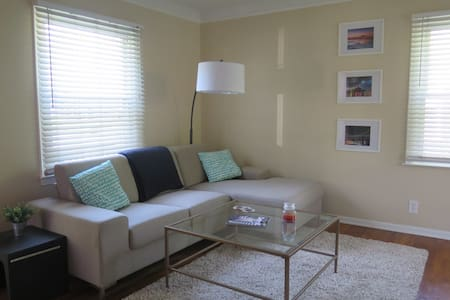 Cute Royal Oak Bungalow - Central and clean