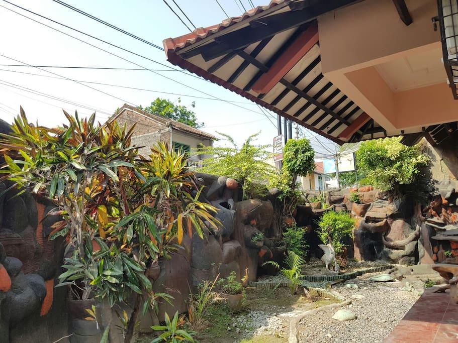 Taman disamping rumah yang asri / A tiny garden
