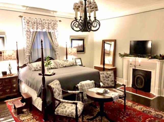 1852 Historic House Room 3 Midnight Sun 2nd Floor
