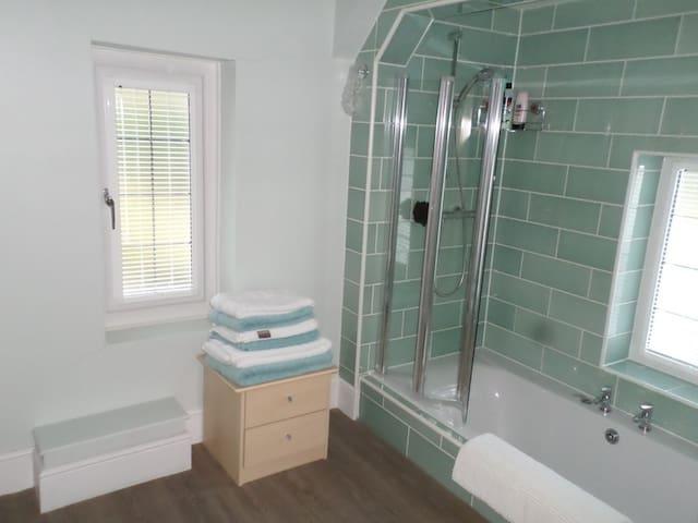 Sunken bath with power shower