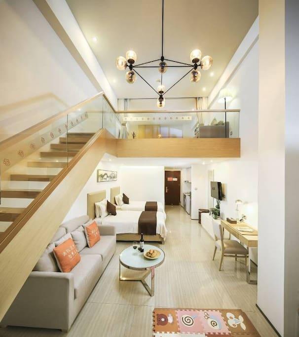 行政复式家庭套房,一张1.8大床+两张1.2单人床,适合一家人度假旅游。