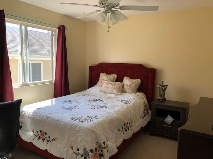 Comfortable 1 new Queen bed in private clean room