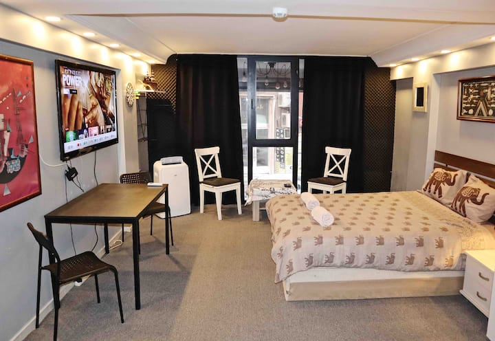 Studio w/Netflix&Big TV in City Center Near Metro