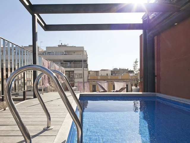 Barcelona Apartment in Arc de Triomf with Pool