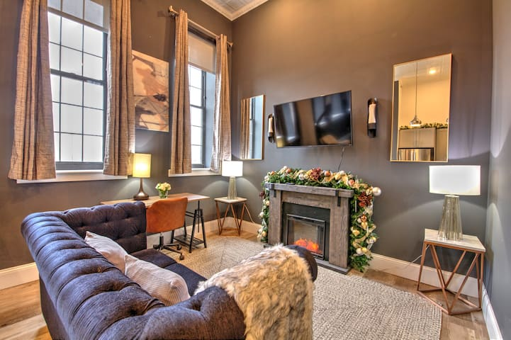 Elegant Lafayette Square Suite Minutes from D.T.