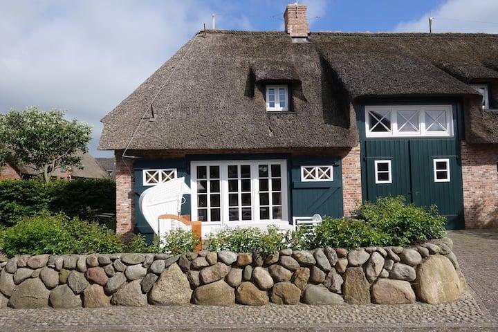 Historisches Ferienhaus unter Reet