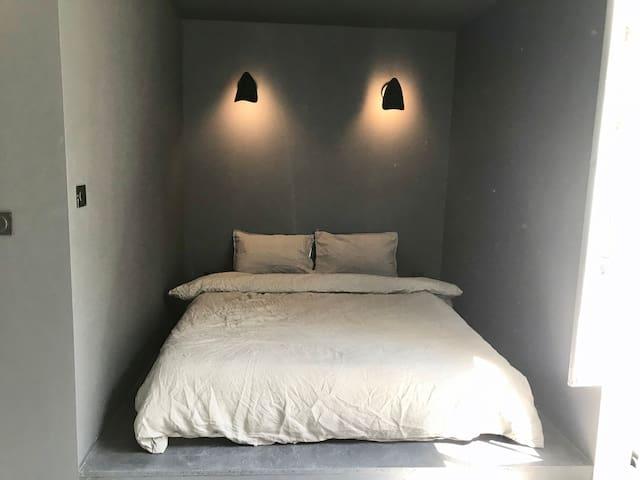 Le coin nuit avec un lit en 160-literie hôtel, draps en lin