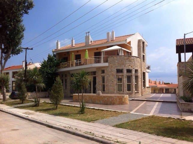 Прекрасная двухуровневая квартира с видом на море - Kriopigi - Byt