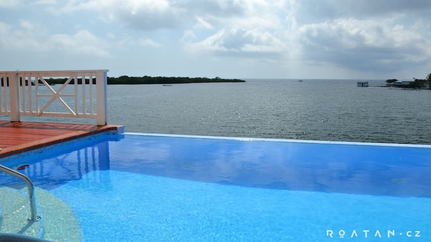 New and cozy house with pool just by the sea #safe