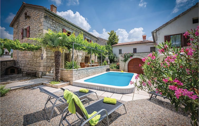Holiday cottage with 2 bedrooms on 82m² in Peresiji
