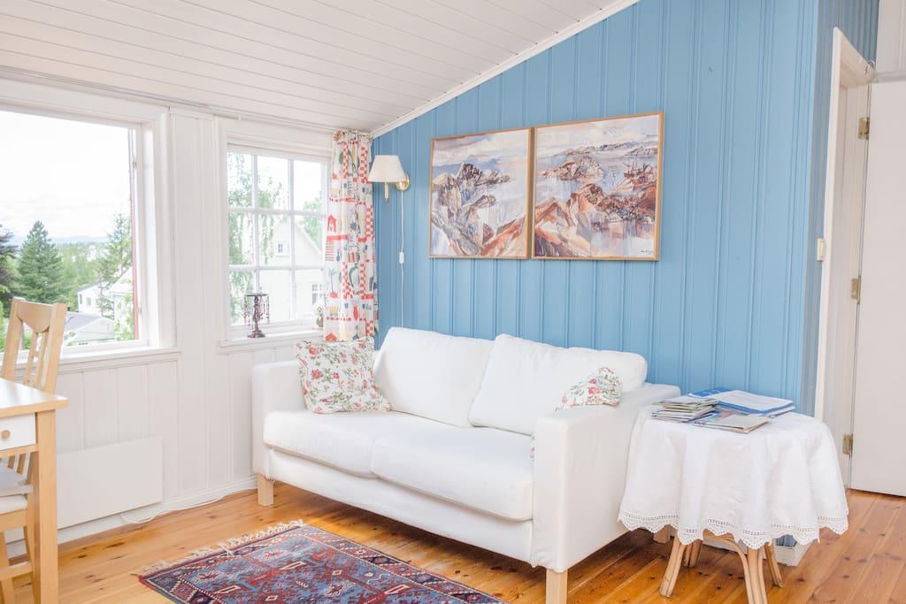 Adjacent sittingroom