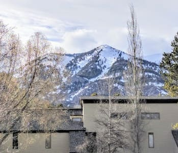 Spectacular mountain condo in great location!