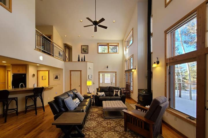 NEW!  Aspen Retreat-Comfortable-Spacious Home-Large Deck! 5 Minutes To Amenities