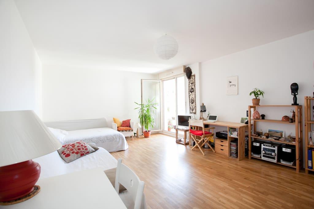 L 'appartement est très lumineux. Frais l'été, pas besoin de climatisation.