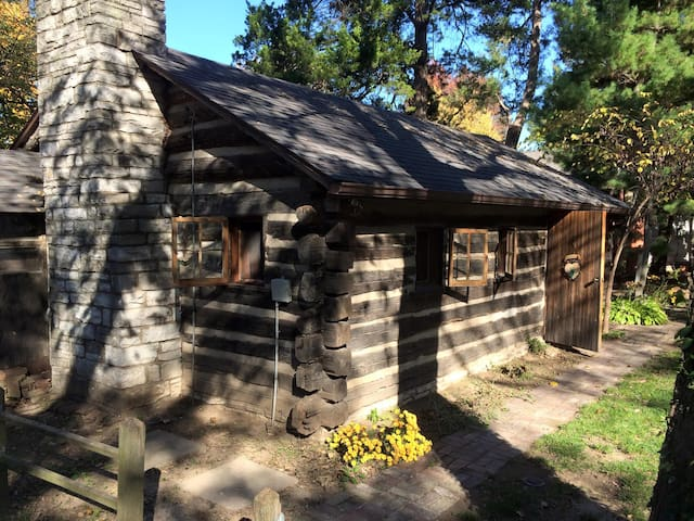 Cozy 1953 Countryside Log Cabin Minutes to STL - Waterloo
