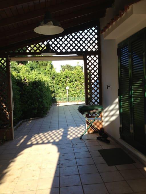 Veranda laterale con ingresso alla cucina