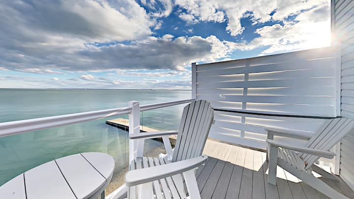 Impressive 3 BR Condo Located Directly on Lake Erie with Pool - 10 ppl max - Put-in-Bay Waterfront Condo #209