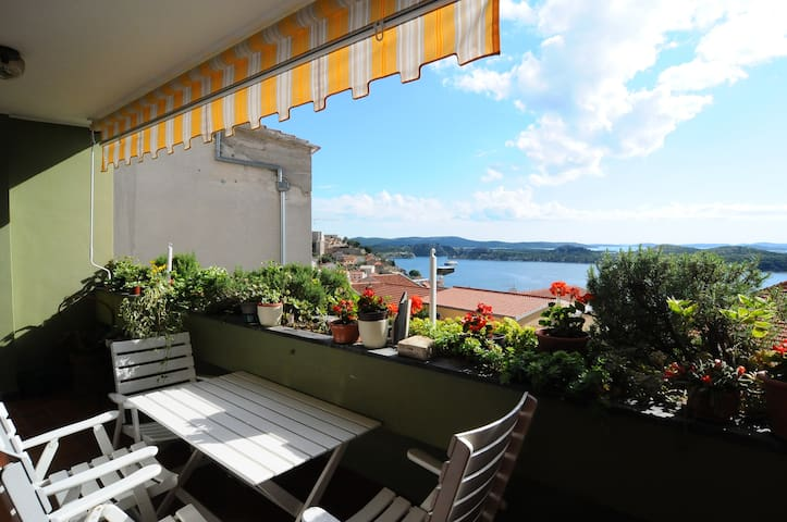 Homelike,  Sea View House with private parking - Sibenik - House