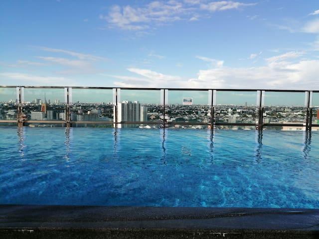 (无清洁费&服务费)BTS站旁0米|网红顶层无边泳池|大浴缸|包早餐|乳胶寝具大床房整套出租