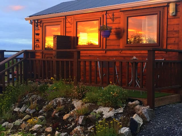 Cosy, small, twin room cabin with ensuite.