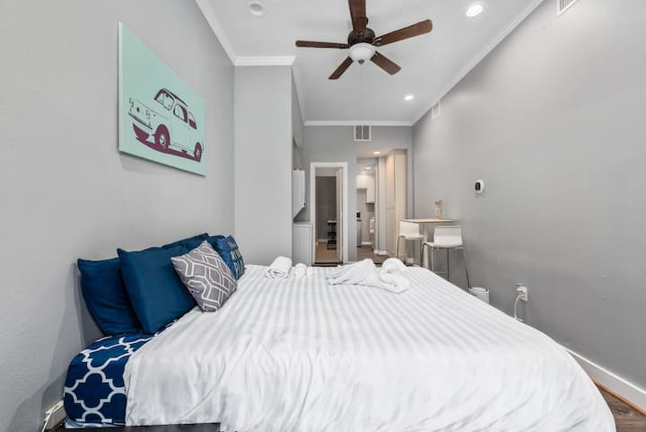 Modern cute apartment in Montrose | MED|UH|NRG