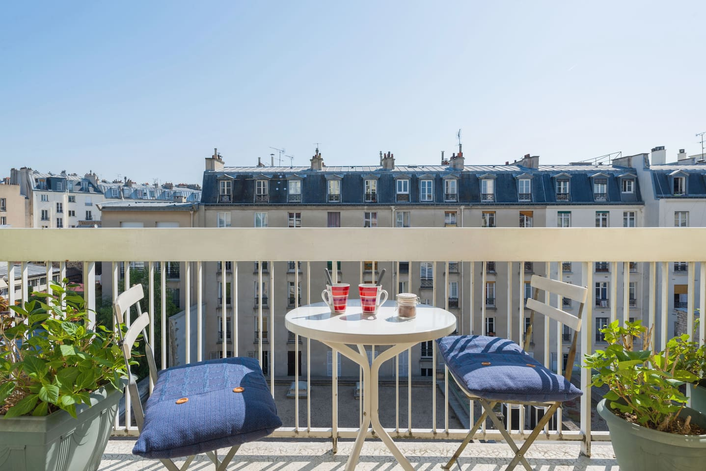 Have breakfast, brunch or drinks on a sunny balcony, with a nice view over Paris' rooftops!