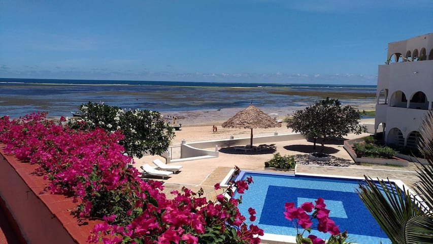 Charming ocean front penthouse, Malindi W/staff