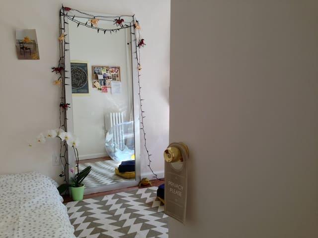 Sunny Spacious Room- Williamsburg