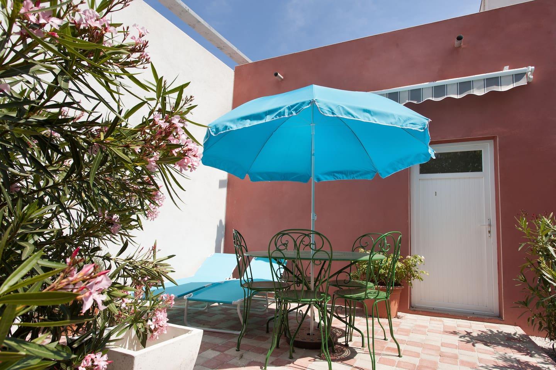 Votre terrasse personnelle donnant directement sur un petit chemin allant à la plage